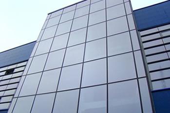 Fachadas em pele de vidro e revestimentos em ACM